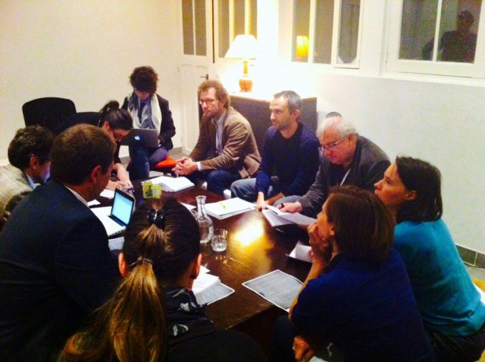 The jury deliberating. (Le jury est en train de délibérer ! Les équipes seront jugées sur les données publiques mobilisées, l'utilité, le design et le caractère innovant du service.)