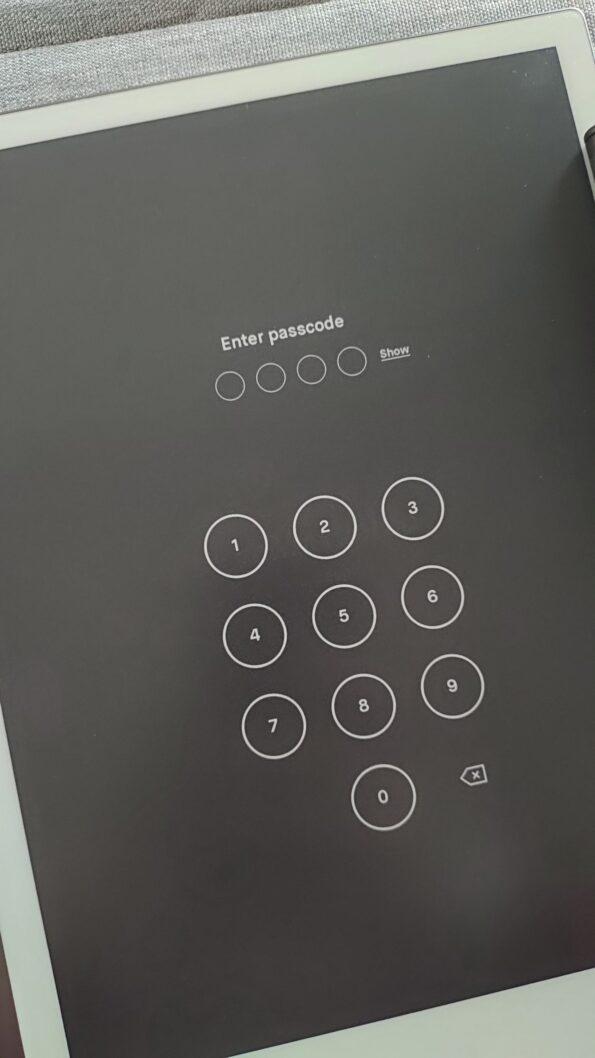 Dans les Paramètres (Settings), on peut choisir de protéger l'accès aux fichiers par un code à 4 chiffres.